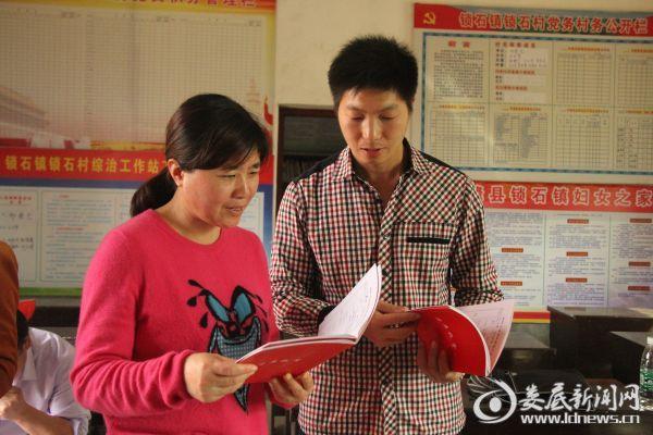 市中心医院党委副书记、纪委书记姜海燕了解帮扶群众情况