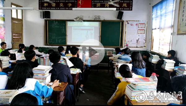 (图为学生观看防溺水教育视频)