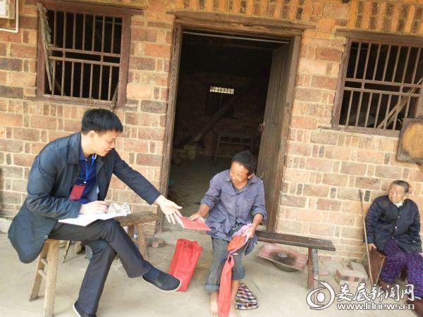 吉庆镇党委书记朱吉良仔细询问贫困户实际存在的困难,并勉励他们树立信心。