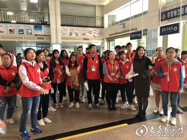 市中心医院门诊办副主任陈云带领大学生志愿者熟悉医院环境和就医路线