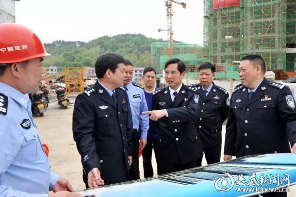 (谭和平一行到分局基建工地考察了民警团购房的建设情况。)