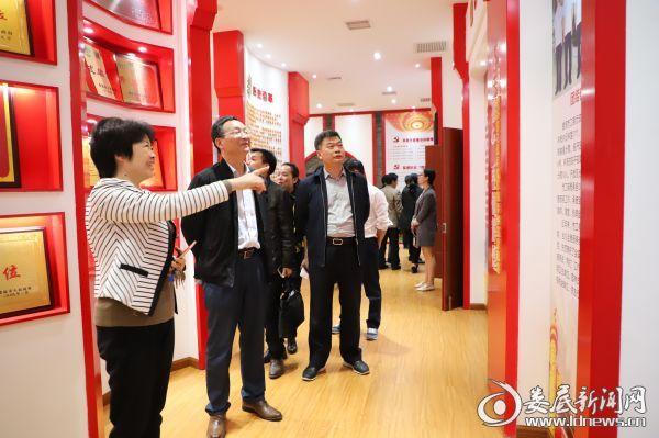 图为江克美(左二)在张喜群(左三)、康菊华(左一)陪同下参加工商文化室