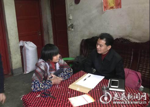 (石冲口镇党委书记刘新民仔细询问贫困户致贫原因并勉励树立信心)