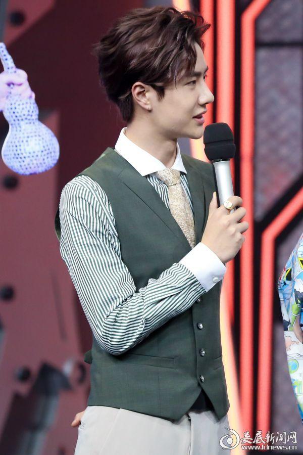 王一博身着白绿条纹衬衫搭配西服马甲