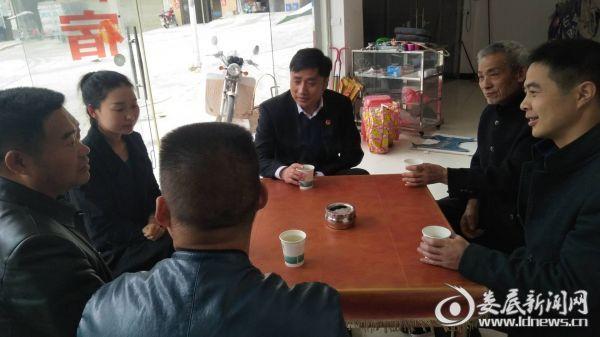 党委书记罗崛在大田村指导计生工作