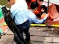 娄底4岁男童石马公园游船嬉闹不慎落水 工作人员奋不顾身勇相救