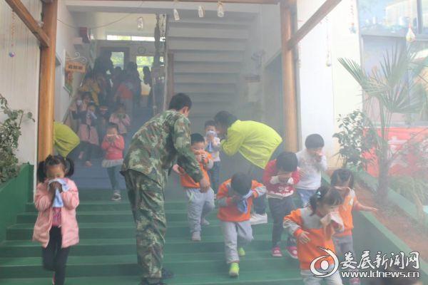 小朋友们在老师及消防官兵的指导下进行逃生疏散