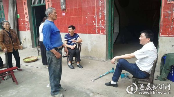 党委书记肖俊在明镜井村核实摸底2
