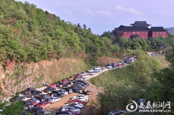 (在景区地段大车、小车结结实实挤满公路,景区秩序井然,得到了游客的一致好评。 摄影/陈杨剑)