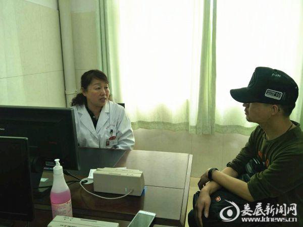 图为朱飞跃主任正在向患者家属交待注意事项