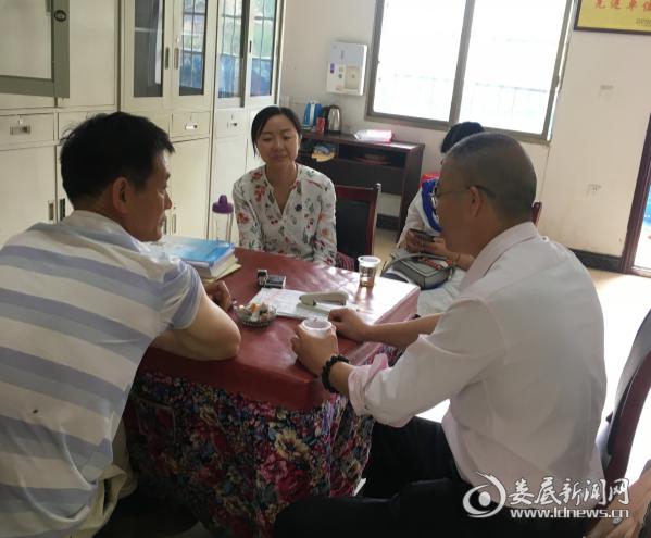 (5月9日,刘玉辉一行在安平镇唐家社区指导创文工作)