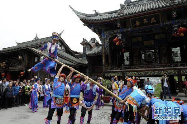 演员在汶川县水磨镇万年台进行民俗表演(2012年5月23日摄)。新华社发(王飞 摄)