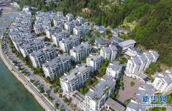 这是四川省青川县县城的楼房(4月17日无人机拍摄)。 新华社记者 薛玉斌 摄