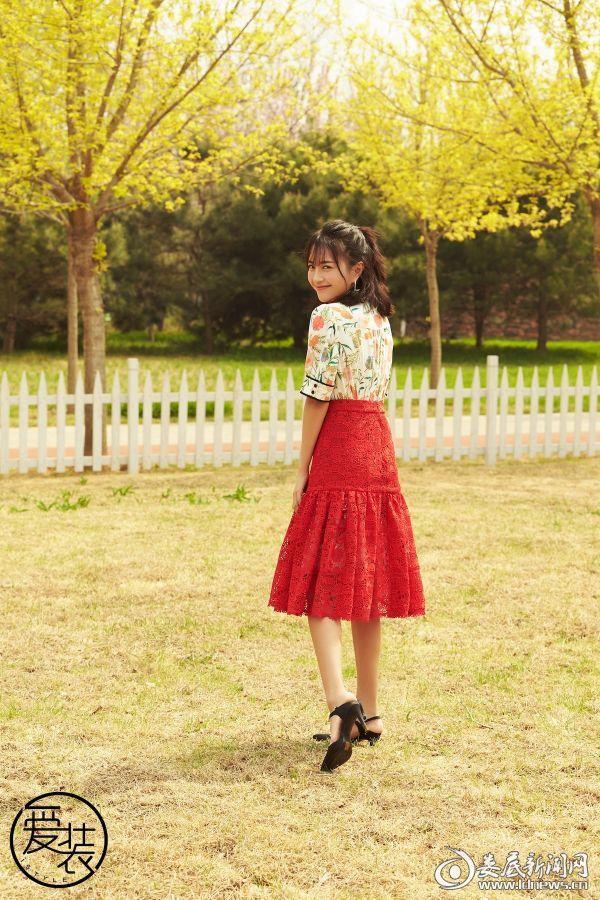 包文婧身穿红裙