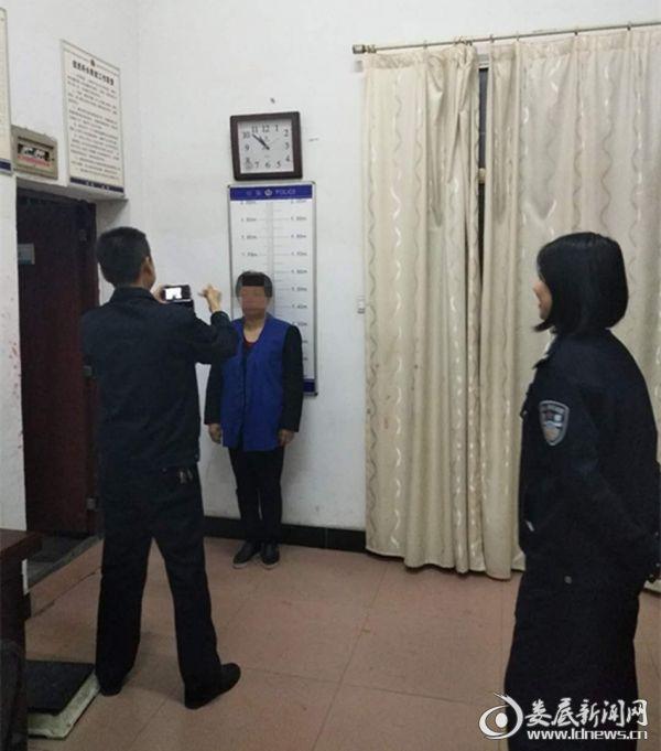 """(执行干警依法对""""老赖""""实施拘留)"""