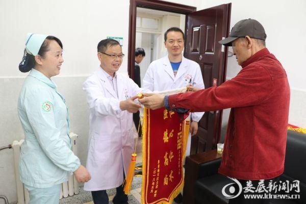 杨老为叶春华博士(左二)赠送锦旗