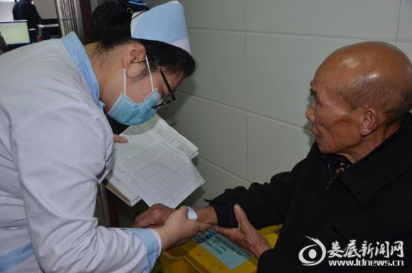 娄底爱尔眼科医院的护士们核对手术患者信息)