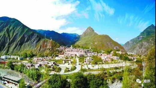 (湖南对口援建的甘堡藏寨新貌。  雷振林摄)