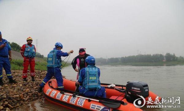 派出潜水员对物证进行打捞作业