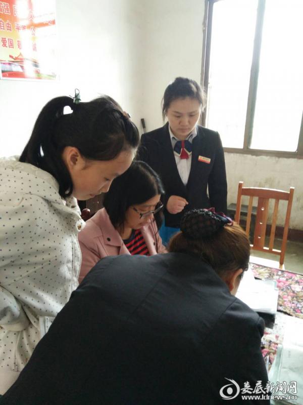 (娄底农商银行营业部工作人员与老师核对社保卡信息)