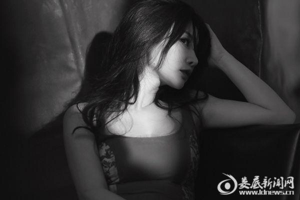 (柳岩眼神魅惑娇笑迷人)
