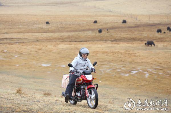 任贤齐体验骑摩托放牧