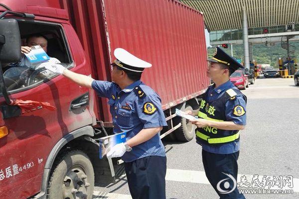 路政执法人员向过往司机发放宣传资料