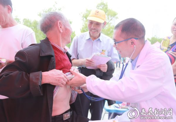 急诊内科副主任医师谢国文为市民义诊