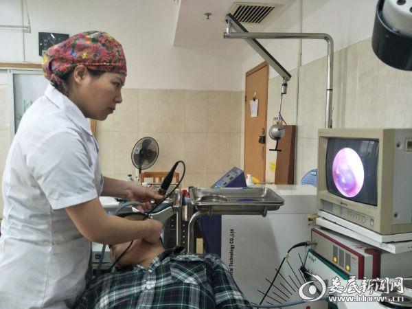 51病室主治医师颜梅生为患者复查现场