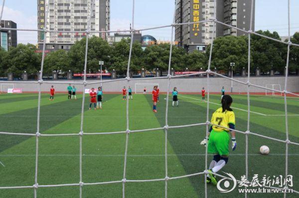 (开幕式结束后,双峰县曾国藩学校和冷办中心学校的足球女队打响了本次比赛的开幕战)