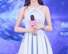 Angelababy出席北京某品牌活动 蓝色百褶裙清新甜美