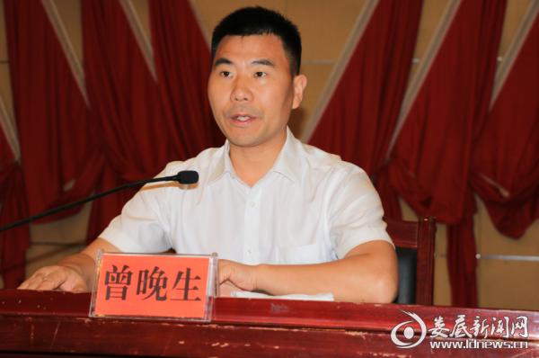 (冷水江市委常委、常务副市长曾晚生宣读专项整治方案)