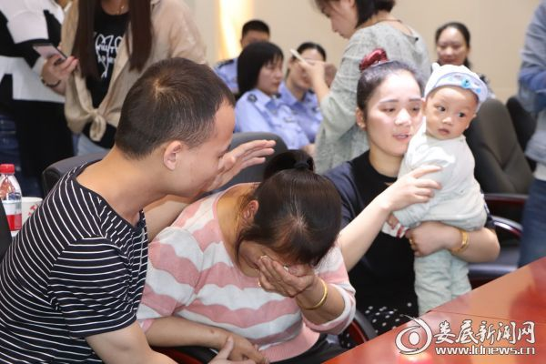 (5月31日,时隔26年的亲人再见面,陈雪金掩面而泣,陆贵林安慰母亲)