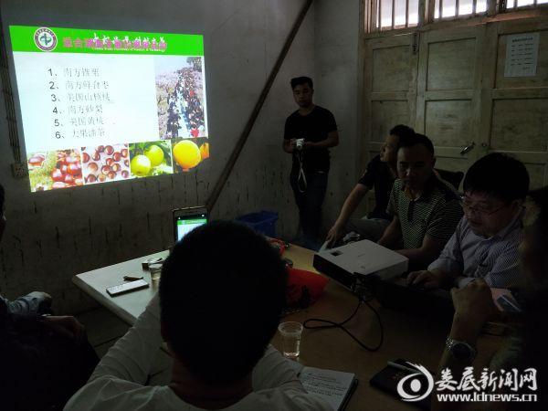 袁教授在进行果木栽培知识培训