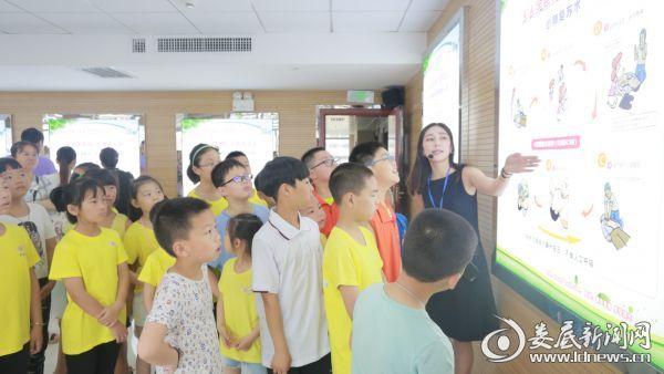 小学生们在科普教育基地讲解员的带领下参观科普展教厅