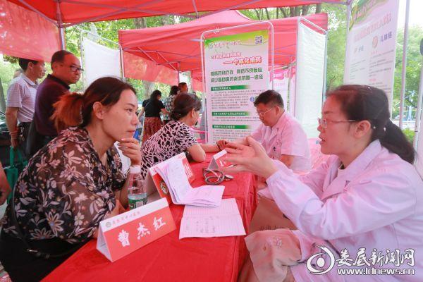 该院组织专家在娄星广场开展科普义诊活动