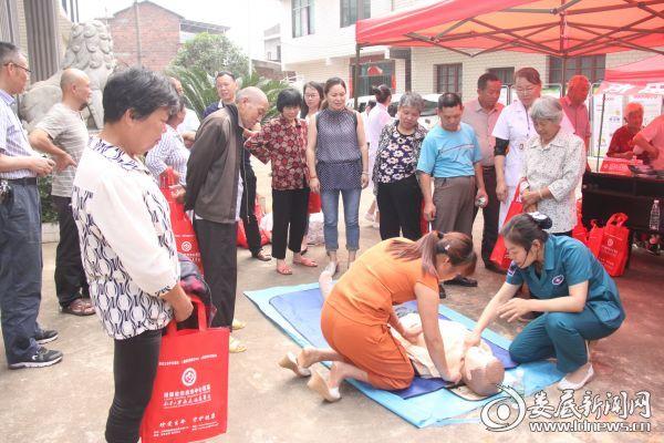 120急救站护士长王旭容指导锁石村村民练习心肺复苏术
