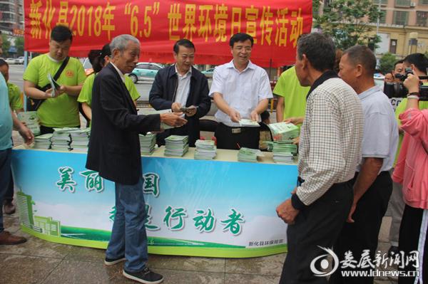 县人民政府副县长周晋为市民发放宣传册
