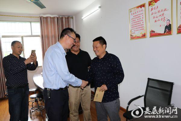 6.娄底一小党总支书记赵文武慰问铎山小学困难教师