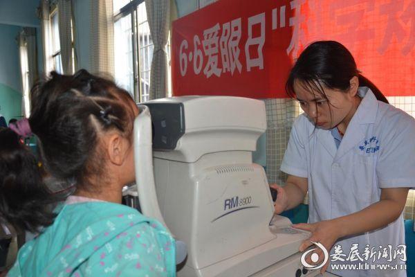 医务人员正在为幼儿园的孩子做综合验光检查