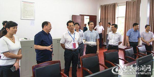 图为:冷水江市市委书记李建华(左三)视察市六中考点