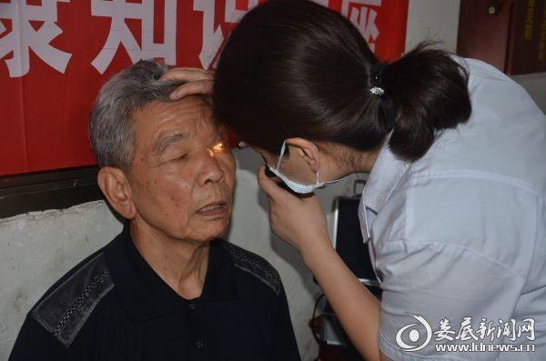 医务人员运用仪器为郭洪财老人的双眼都进行了细致的检查