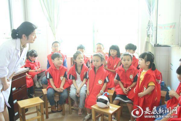 该院眼科副主任邹洁敏向小朋友们提问