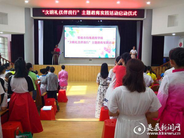 政教主任罗忠君老师带领导学生宣读誓词