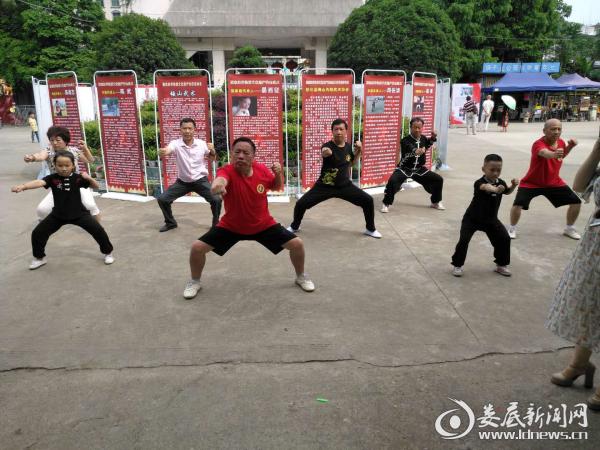 梅山武术传承人向市民表演梅山传统武术