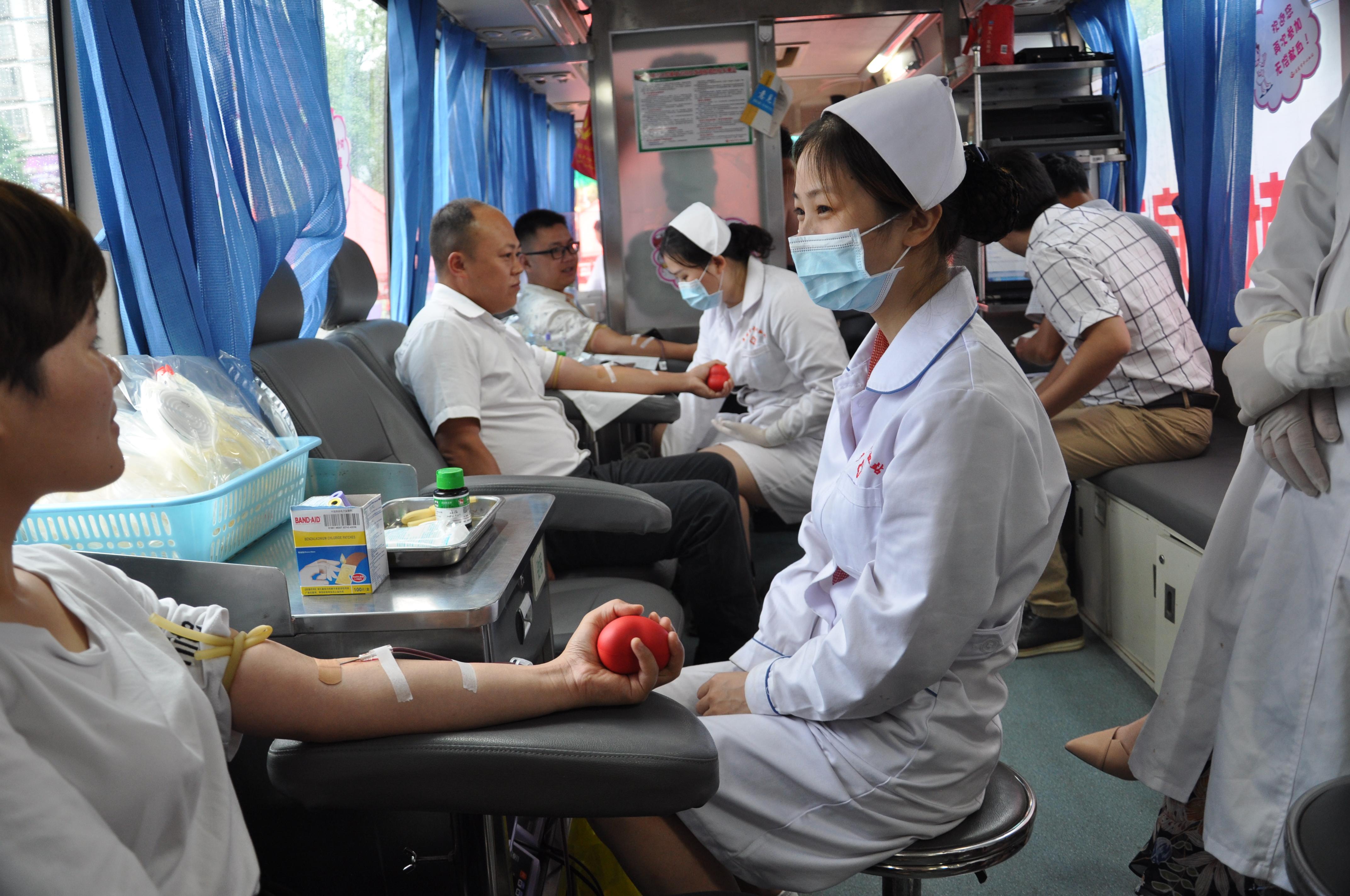 娄底经济开发区五江购物广场献血房车正式启用