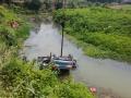 双峰:小车坠河 干群联手5分钟救出3人