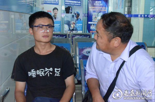 (周贤辉的父亲关切地询问儿子手术后的感受)