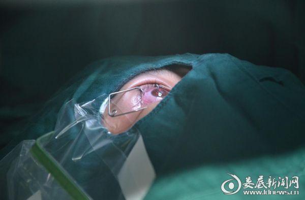 周贤辉躺在手术台准备手术