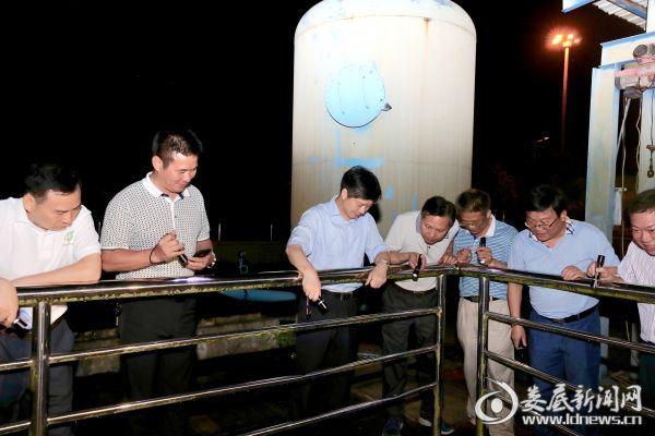在娄底市第二污水处理厂,李荐国一行了解了污水处理工艺,重点检查了污水处理后的达标问题